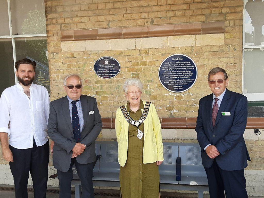 Mayor unveils Bat & Ball plaque